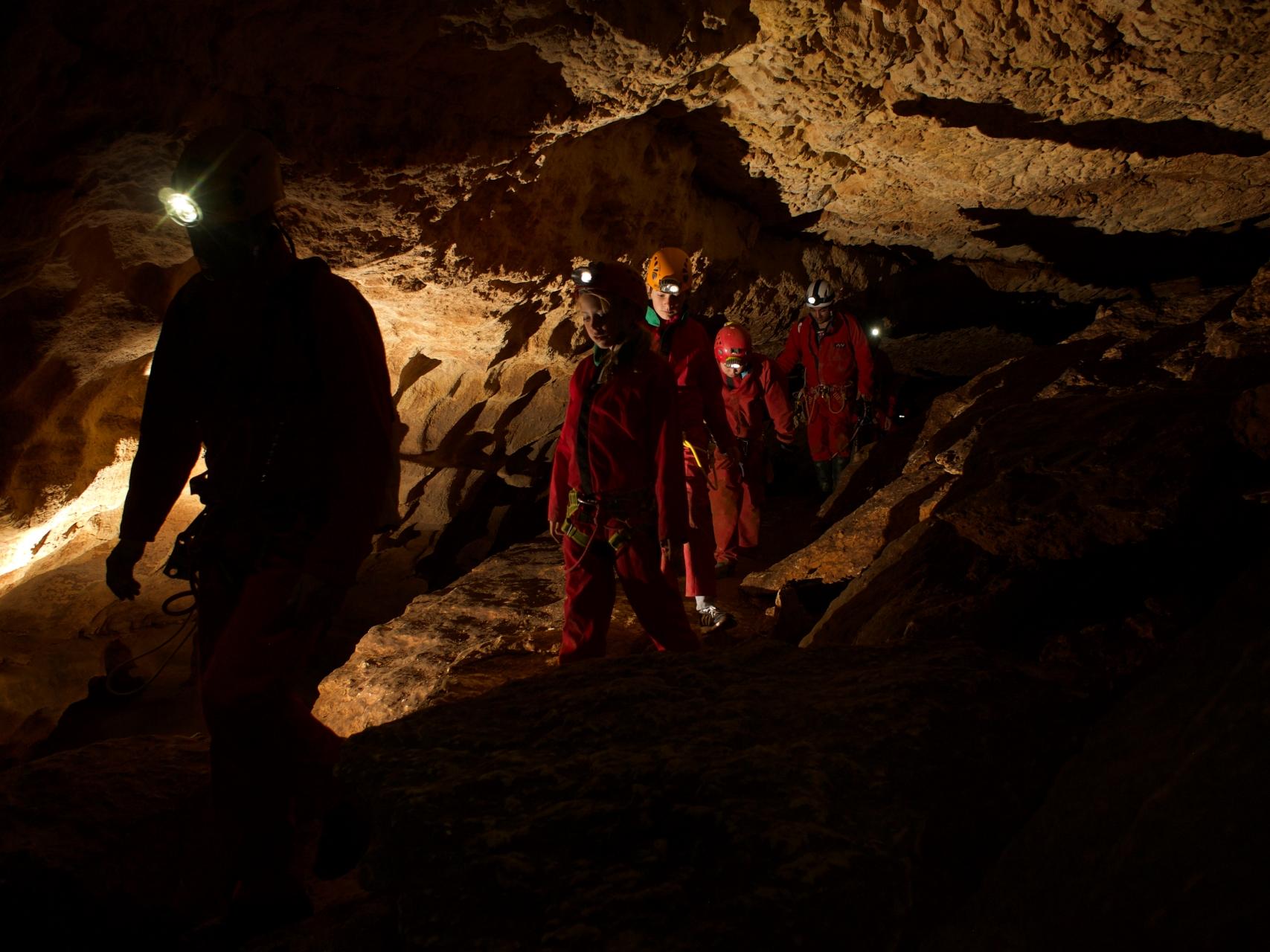 familie höhlenforschung abenteuer grotte saint marcel 84