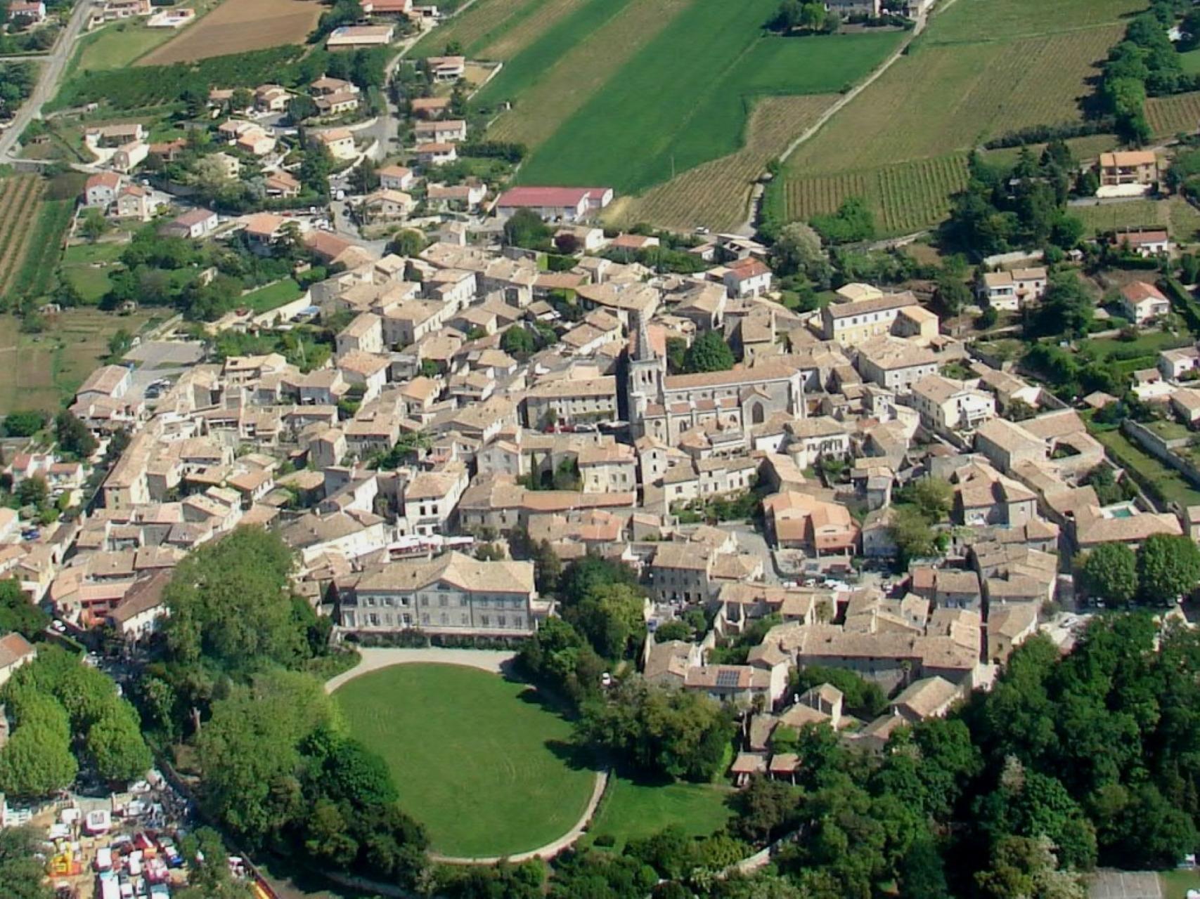 vue-aerienne-saint-marcel-village-mediaval